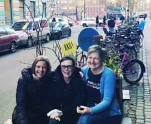 Her ses fra venstre Margrethe Wivel, Forstander i Settlementet, Jeanette og Anne Østergaard, Leder i Café Sonja.